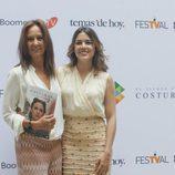 La escritora María Dueñas con Adriana Ugarte en la presentación de 'El tiempo entre costuras'