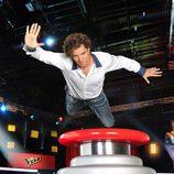 David Bisbal volando hacia el pulsador en 'La Voz 2'