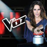 Malú con el pulsador de la segunda edición de 'La Voz'