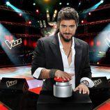 Antonio Orozco con el pulsador de la segunda edición de 'La Voz'