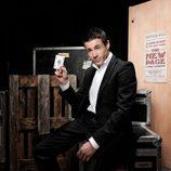 Juan José Ballesta muestra un as de su baraja mágica en 'Por arte de magia'