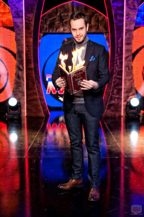 """Jorge Blass quema """"El libro de la magia"""" en 'Por arte de magia'"""