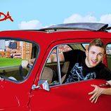 David Castillo conduce un coche rojo en 'Aída'