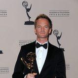 Neil Patrick Harris posa con un premio Emmy
