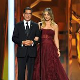 Kaley Cuoco y Bruce Rosenblum en los Emmy 2013