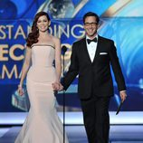 Carrie Preston y Dan Bucatinsky en los Emmy 2013