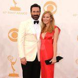 Jon Hamm y Jennifer Westfeldt en la alfombra roja de los Emmy 2013