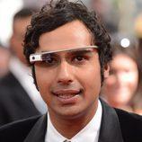 Kunal Nayyar con las Google Glass en la alfombra roja de los Emmy 2013