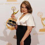 Merritt Wever con su Emmy 2013 a la Mejor actriz secundaria de comedia