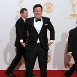 Stephen Colbert posa con dos Emmy 2013