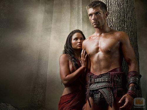 Katrina Law y Liam McIntyre en 'Spartacus: La venganza'