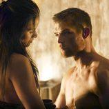 Liam McIntyre junto a Katrina Law en 'Spartacus: La venganza'