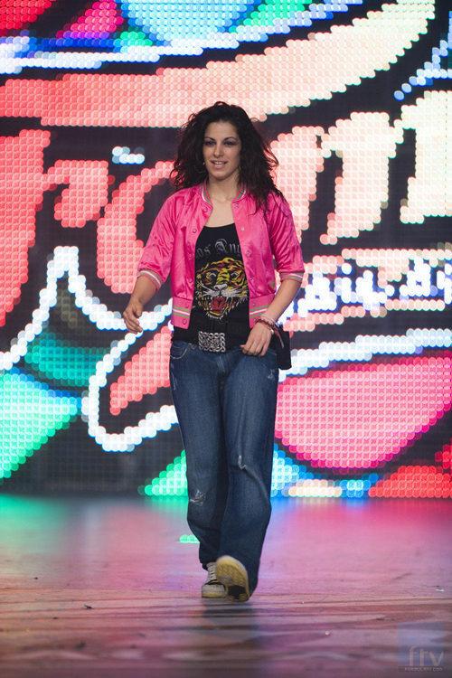Vicky Gómez, ganadora de 'Fama, ¡a bailar!' posa de manera casual en una foto promocional