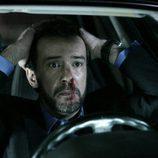 Fotograma de 'Fuera de lugar', donde el protagonista se lleva las manos a la cabeza