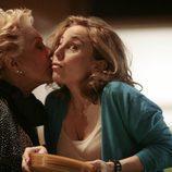 Lola Herrera da un beso en 'Fuera de lugar'