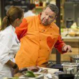 Alberto Chicote con una concursante en 'Top Chef'