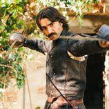 Diego Alatriste (Aitor Luna) empuña su espada