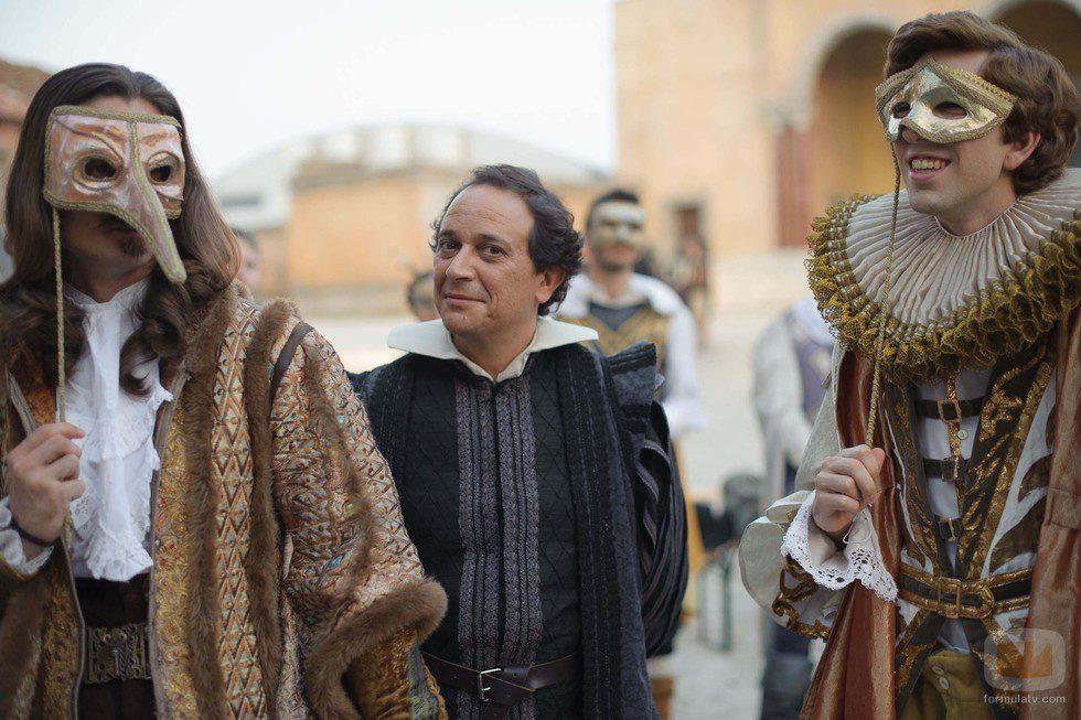 Luis Callejo con dos hombres enmascarados en 'Alatriste'