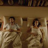 Diego Martín y Adriana Ugarte en la cama en 'Niños robados'