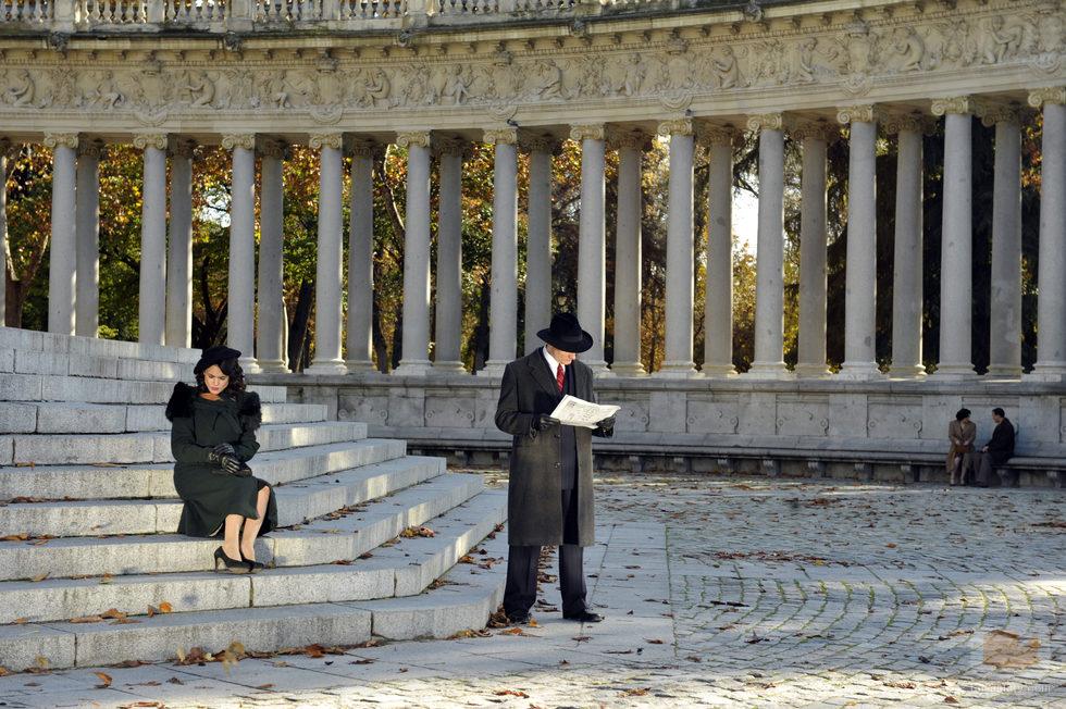Sira Quiroga sentada en unas escaleras en una escena de 'El tiempo entre costuras'