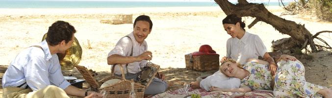 Personajes de 'El tiempo entre costuras' comen en la playa