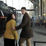 Peter Vives en una estación de tren en 'El tiempo entre costuras'