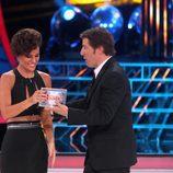 Edurne recibe el premio de ganadora de la primera gala de 'Tu cara me suena 3'