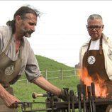 Juan Ramón Lucas frente a unas llamas en 'Arqueólogo por un día'