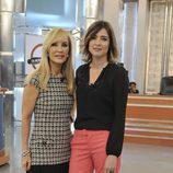 Carmen Lomana posa con Sandra Barneda en el plató de 'De buena ley'