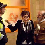 Araceli y Enrique Pastor ante un policía en 'La que se avecina'
