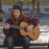 Carlos toca la guitarra en 'Vive cantando'