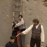 Alberto San Juan, a punto de disparar a Rodolfo Sancho en 'La señora'