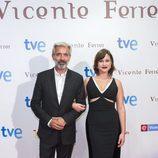 Imanol Arias y Aída Folch, en la presentación de la TV movie 'Vicente Ferrer'