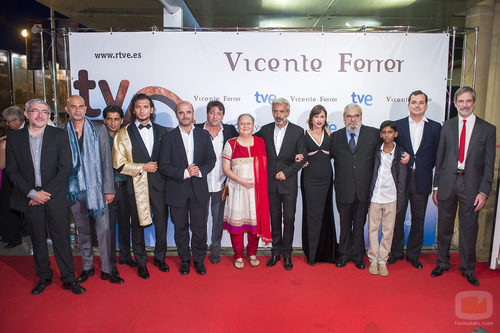 El equipo de la TV movie 'Vicente Ferrer' junto a la esposa del cooperante