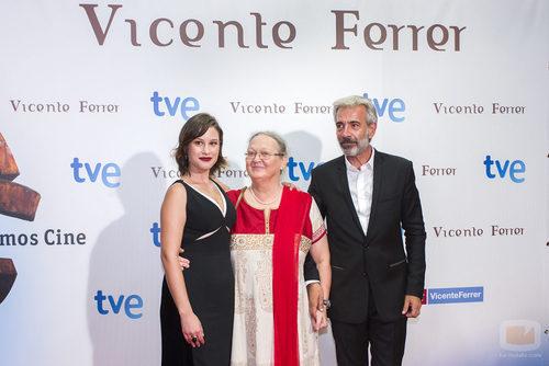 Imanol Arias y Aída Folch junto a Anna Ferrer en el FesTVal