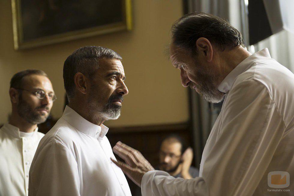 Imanol Arias y José María Pou en la TV movie 'Vicente Ferrer'