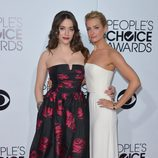 Kat Dennings y Beth Behrs en los People's Choice Awards 2014