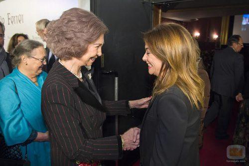 La Reina saluda a Toñi Moreno durante el preestreno de la TV Movie 'Vicente Ferrer'