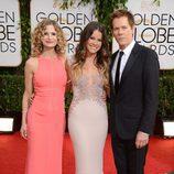 Kyra Sedgwick, Sosie Bacon, y Kevin Bacon en los Globos de Oro 2014