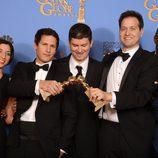 El equipo de 'Brooklyn Nine-Nine' con su Globo de Oro 2014 a la Mejor Comedia