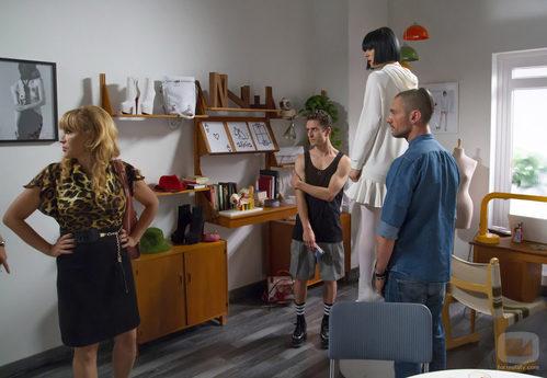 Estela Reynolds acude al despacho de David Delfín y Bimba Bosé