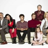 La familia Alcántara en la decimoquinta temporada de 'Cuéntame cómo pasó' sentada en un sofá