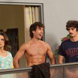 Dani Muriel sin camiseta junto a Lola y Javi en 'La que se avecina'