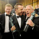 Aaron Paul y Dean Norris con el premio al Mejor Drama en los SAG 2014