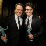 Bryan Cranston y RJ Mitte con el premio al Mejor Drama en los SAG 2014