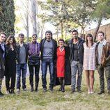 El elenco de 'El corazón del océano' posa junto a la autora del libro