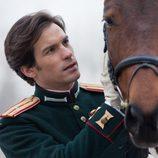 El conde Aleksei Vronsky junto a un caballo en 'Anna Karenina'