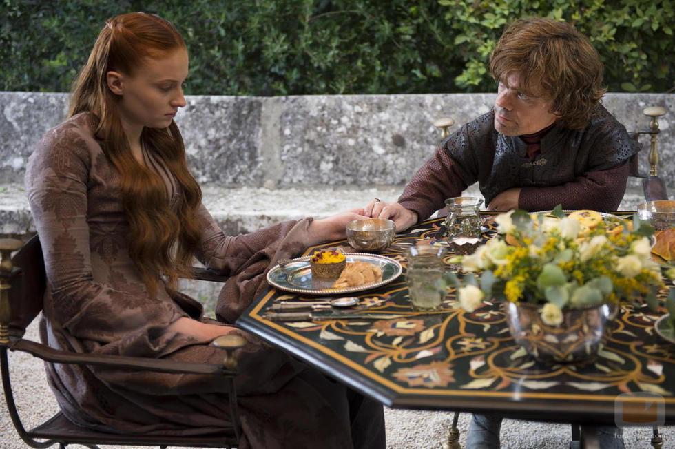 Sansa habla con su marido Tyrion en la cuarta temporada de 'Juego de tronos'