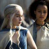 Daenerys Targaryen y Missandei en la cuarta temporada de 'Juego de tronos'