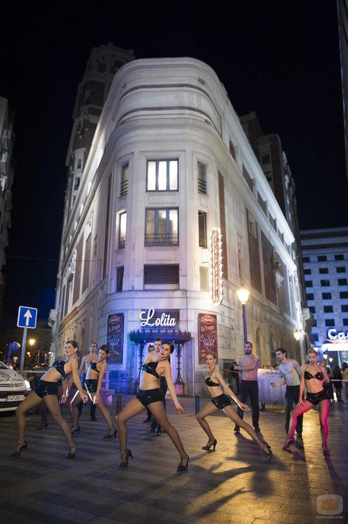 Bailarinas de 'Bienvenidos al Lolita' frente a las puertas del cabaret